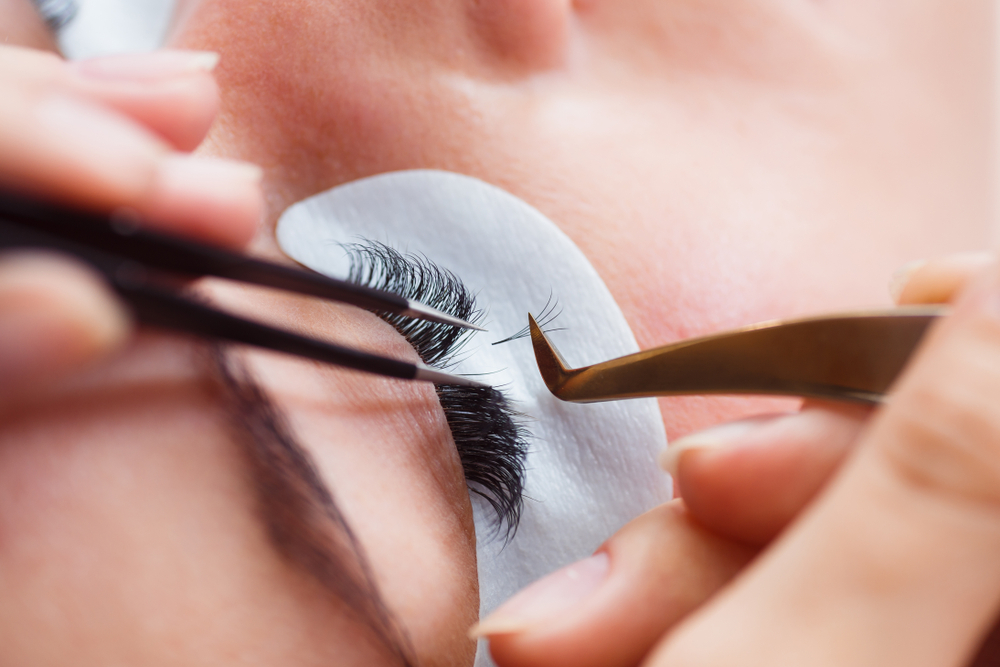 woman getting eyelash extension service